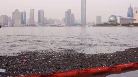 ścieki : plastic bottles, wooden chips and other rubbish floats near the banks of the Huangpu River in Shanghai