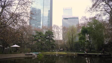 peyzajlı : park with a pond in the background of skyscrapers in the center of Shanghai, China