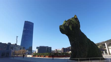 grão : External view of the Guggenheim Museum in Bilbao. 01252017. Spain. Exhibition of contemporary art. Puppy, covered entirely with flowers.