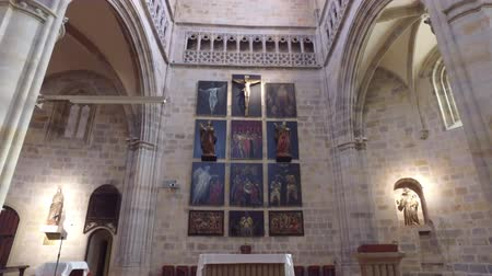 oltář : The Church of St. Anton. Bilbao, Spain. 01252017. Interior of the church, altar and central ship. Hanging crucifix illuminated by a ray of light. Dostupné videozáznamy