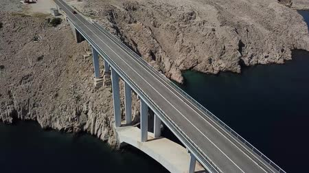denteado : Aerial view of the island of Pag, Croatia, roads and Croatian coast. Cliff overlooking the sea. Cars crossing the bridge seen from above