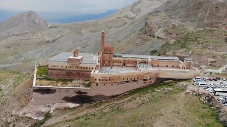 Aerial view of Ishak Pasha Palace, it is a semi-ruined palace and administrative complex located in the Dogubeyazit, Agri province of eastern Turkey. Ottoman, Persian, and Armenian architectural style Wideo