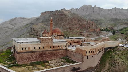adminisztratív : Aerial view of Ishak Pasha Palace, it is a semi-ruined palace and administrative complex located in the Dogubeyazit, Agri province of eastern Turkey. Ottoman, Persian, and Armenian architectural style Stock mozgókép