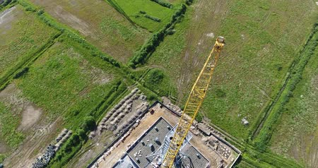 arrabaldes : Crane lift chimney pipe segment. �erial, workers on the top. Top view