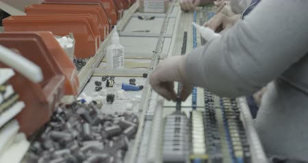 especifico : Workers hands manually assemble Electronic parts Archivo de Video