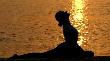 gołąb : Girl Doing the Pose King Pigeon at Sunset. Yoga. Beautiful Action. Wideo