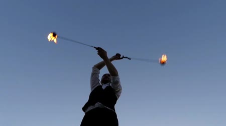 цирк : Incredible Stunts With Fire Poi. the Action in Slow Motion at Sunset.