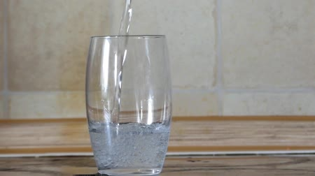 bebida alcoólica : in a Crystal Goblet Falling Water. the Action in Real Time.