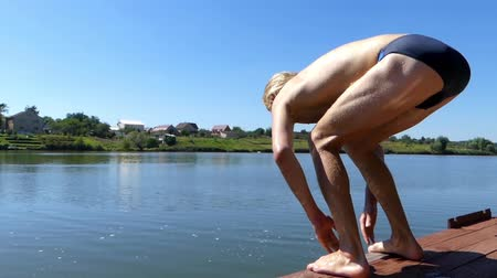 manges : the Swimmer Starts in the Water. the Action in the Real Time.