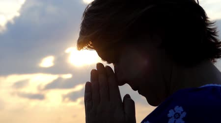 dua eden : a Woman Praying on Top of a Mountain During Sunset. Beautiful Action. Stok Video