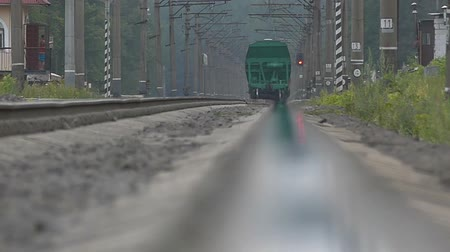 trilho : The train moving in slow motion - perspective view.