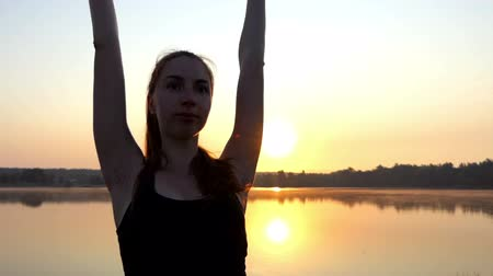 mamãe : a Young Pregnant Woman Does a Yoga Tree Exercise at a Splendid Sunset Stock Footage