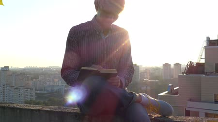 поэт : 4k - Modern poet makes his notes at sunset. Стоковые видеозаписи