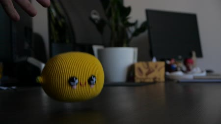 calçada : Lemon in slow motion falling on the office table. Stock Footage