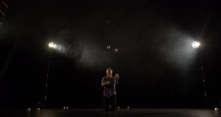 ловкость : Amazng circus juggler makes tricks on the stage.