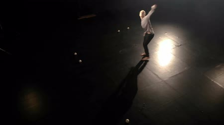オリジナル : Aerial shot - Circus juggler makes amazing tricks with balls.