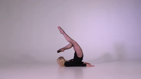 jimnastik : Young woman doing gymnastics backbend pose in slow motion
