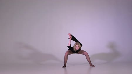 színésznő : Beautiful blonde woman dancing and doing acrobatic exercise in slow motion Stock mozgókép