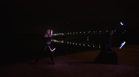 actrice : Two circus artists make led show on the bank of the river Dnipro in Kyiv
