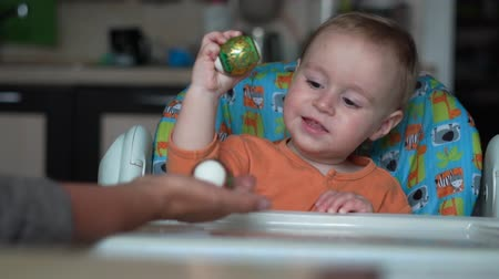 personalizado : Cute little baby with easter egg knocking with another hand with easter egg