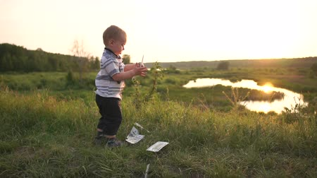 piyango : A little elegant boy holds a stack of bills and throws money in slow motion Stok Video