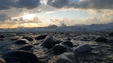 riskli : Foamy seashore with strormy waves in the Black Sea in a cloudy day in slo-mo Stok Video