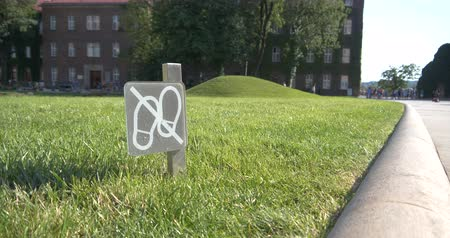 gramíneo : Funny keep trespassing sign on a grassy meadow in Krakow in summer in slo-mo