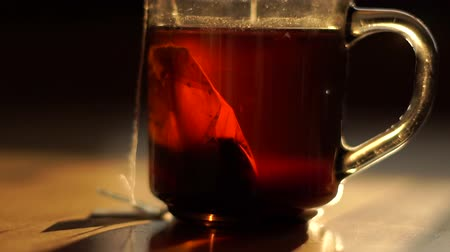 fabricado cerveja : Macro shot of Black tea is brewed from a tea bag