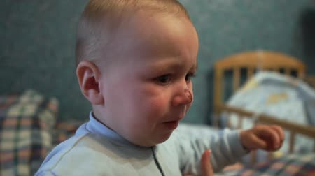 acalmar : Small kid is crying. His mother takes him on hands indoors in slo-mo Vídeos