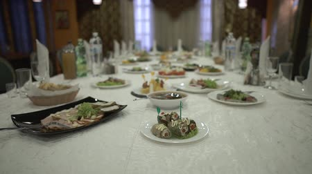 cortiça : Tasty meals are placed on a long family table in a spacious kitchen