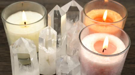 сжигание : Quartz crystals aligned and lighted color candles that flame wavers