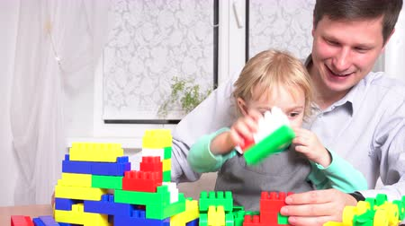 planta de interior : Father and daughter playing with constructor set Stock Footage