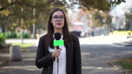 muhabir : Girl journalist is reporting on the street