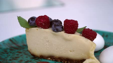 kesudió : raw food cheesecake with cashew nut and raspberry