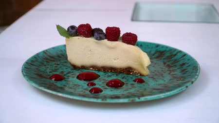 sajttorta : raw food cheesecake with cashew nut and raspberry
