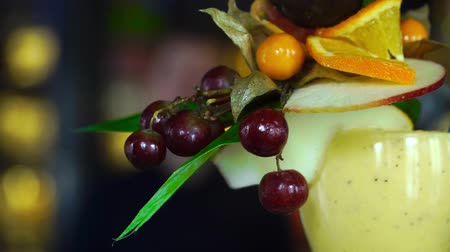 alkoholik : alcoholic cocktail with fruit is on the bar Dostupné videozáznamy