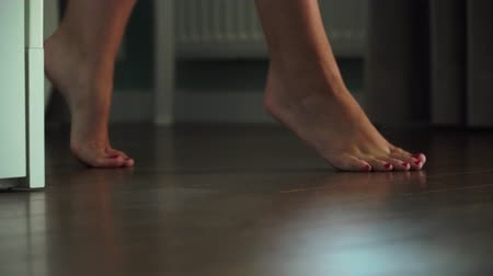 bare foot : girl bride walks on the fingers in the room