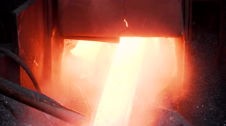 fornalha : steel production at the factory, red metal from the oven Vídeos
