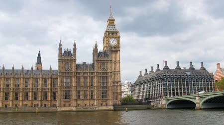 парламент : Dolly view of the House of Parliament and the Big Ben by Westminster bridge in London