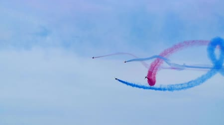acrobata : Slow motion view of airplanes at an air show