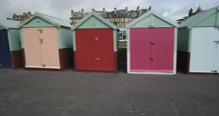 навес : Dolly panning view of colorful beach huts in Brighton and Hove