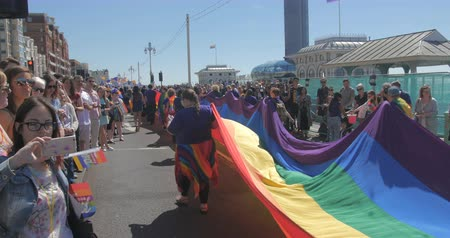superbia : Brighton gay pride parade, battente bandiera arcobaleno