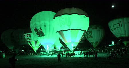 авиашоу : hot air baloons glowing at night Стоковые видеозаписи