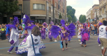 carnaval : Londres, carnaval de Notting Hill. Desfile de bailarines en trajes Archivo de Video