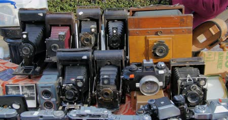 antika : Display of vintage old-fashioned photographic cameras at Portobello market in London