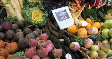 caldo : Panning view of a display of organic autumnal vegetables roots at a food market Vídeos