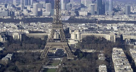 la tour eiffel : Tilt up arial time lapse view of the Eiffel tower  and the financial district of La Defense in Paris Stock Footage