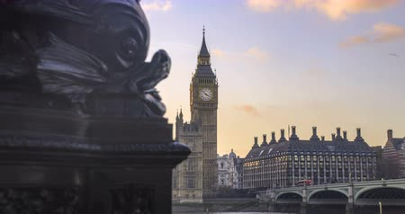 saray : Dolly selective focus revealing time lapse view of the House of Parliament and the Big Ben in London at sunset