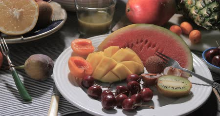 morele : Dolly panning view of an assortment of fresh, healthy, organic fruits Wideo