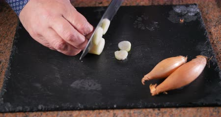 soğancık : Chef cutting fresh, organic shallot (onion) into round slices Stok Video